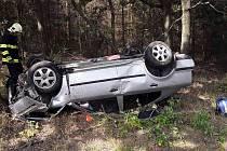 Osobní vůz skončil převrácený na střeše po nehodě u Studence.