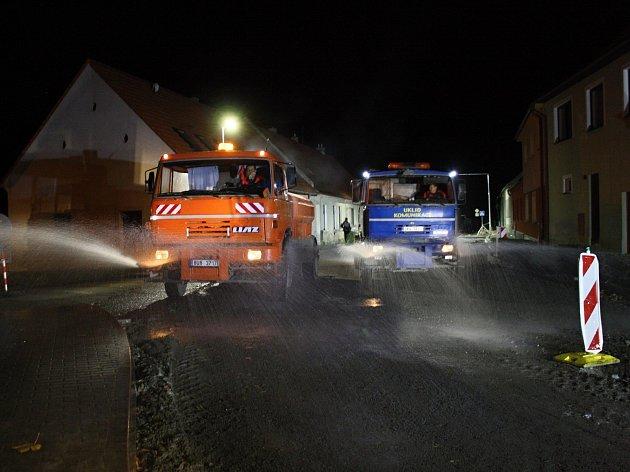 OBRAZEM: Jedna z posledních zavřených silnic je v Jaroměřicích