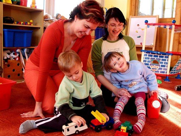 Maminky na rodičovské dovolené. Filípek a Eliška půjdou po prázdninách do školky. Jejich maminky už teď plánují, jak vylepší rodinný rozpočet.