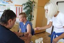 Na očkování proti klíšťové encefalitidě je nejvyšší čřas. Očkovací vakcíny ale v lékárnách došly.