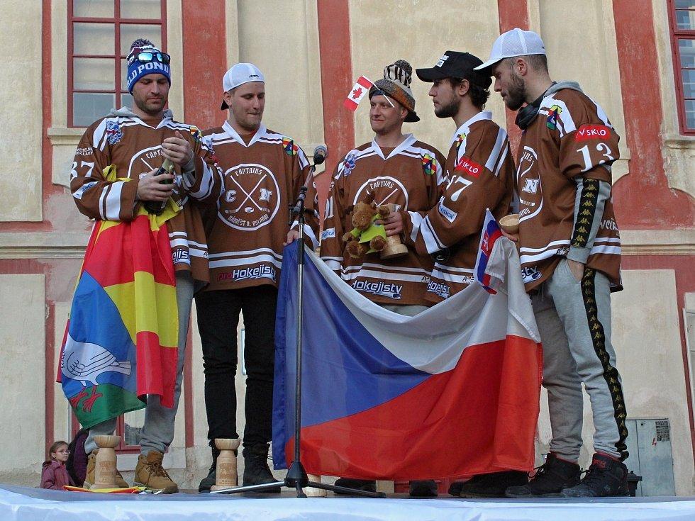 Tým Captains při přivítání na náměstí v Náměšti nad Oslavou.