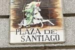 Na Jakubském náměstí je svatý Jakub vyobrazen coby Maurobijec. A kdo ví, možná někteří poutníci začínají svou pouť právě odsud. Šipka jim ukazuje směr, kudy se vydat.