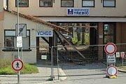 Vstupní objekt areálu, kde dříve sídlilo také ředitelství nemocnice nebo patologie, začali dělníci tento týden demolovat.