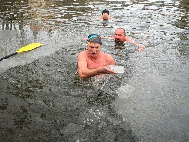 Klub ledních medvědů plánoval pro zhruba sto padesát přítomných školáků ukázku záchrany z pod ledu, díky oteplení došlo však pouze k ukázce otužování ve vodě o teplotě okolo dvou stupňů.