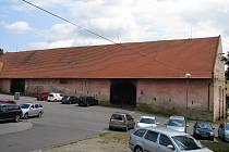 Zatímco sýpku čeká rekonstrukce, stodola (na snímku) půjde k zemi a na jejím místě vyroste bytový dům. Ten by měl být v provozu od června 2018.