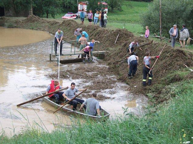 Příval deště byl v Hornicích tak velký, že voda přetekla přes hráz rybníka do vsi. Spláchla vše, co jí stálo v cestě