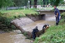 Náhon v Poušově. Velká voda opět potrápila Třebíčsko. Všechny řeky a potoky v pondělí po vydatných deštích zaznamenaly zvýšené průtoky.