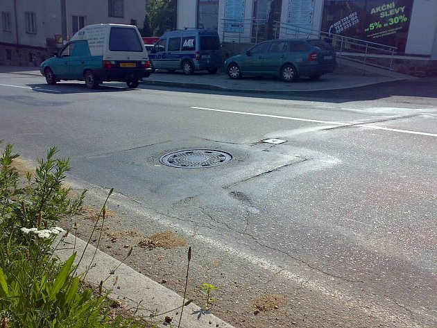 Třebíč je město kanálů, shodují se řidiči. Ukázkovým příkladem může být cesta od gymnázia přes Sucheniovu a Pražskou ulici do borovinského kopce, kde Deník napočítal něco přes třicet potenciálně nebezpečných míst.