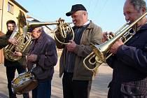 Tradičně 18. března obcházejí muzikanti březnické Polužanky vesnici, aby poblahopřáli všem zdejším Josefům k jmeninám. Kromě nich vzpomněli i na Vlastimily a Eduardy, kteří slaví svůj svátek právě před Josefy.