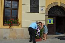 Starosta Třebíče Pavel Janata spolu s radními položili věnec k pamětní desce, která je umístěny na budově radnice.