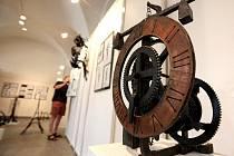 Kovářské výrobky, sochy, šperky, ale také kresba či malba jsou k vidění v Zámeckých konírnách Muzea Vysočiny v Třebíči.