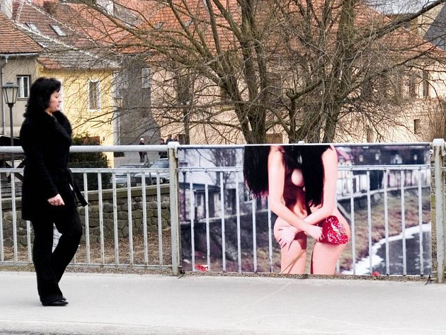 Šokující výstava na mostě v Třebíči