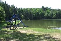 Liduprázdné koupaliště. Přírodní koupaliště, které slouží k rekreaci, se kvůli špinavé vodě nevyužívá. Rekreanti jezdí do vzdálených koupališť.