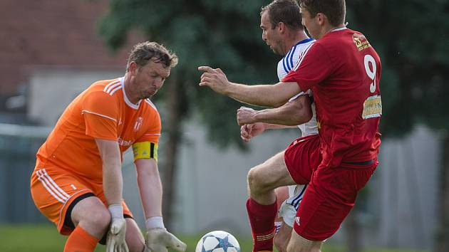 stálice mezi třemi tyčemi. Už více než dvě desetiletí se mohou fotbalisté Okříšek spoléhat na stabilně výborné výkony gólmana Libora Fialy (v oranžovém) v jejich svatyni.