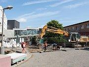 Opravy mezi budovami bývalé gynekologie (G) a kuchyně (K) komplikují od čtvrtka dopravu v areálu Nemocnice Třebíč.