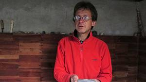 Archeolog Milan Vokáč. V rukou má kopytovitý klín nalezený u Pálovic na Jemnicku.