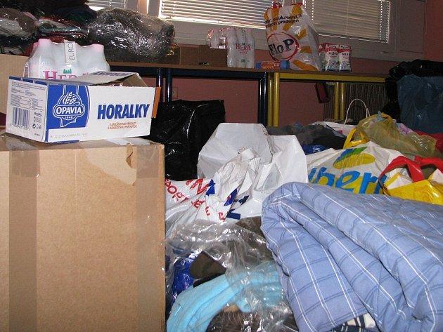 Lidé nosili především teplé oblečení pro děti i dospělé kvůli blížící se zimě. A mezi darovanými věcmi nechybí ani trvanlivé jídlo.