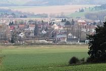 Pod bývalou skládkou sklářských kalů leží obce Okříšky a Přibyslavice.