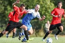Podle papírových předpokladů by se měli přes Rapotice do finále krajského poháru probojovat fotbalisté Želetavy (v modrém).