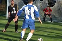 Sousedské derby mezi Hartvíkovicemi (v tmavém) a rezervou Náměště-Vícenic nabídlo zajímavou fotbalovou podívanou. První poločas přinesl čtyři góly a rozhodnutí padlo až v závěru.