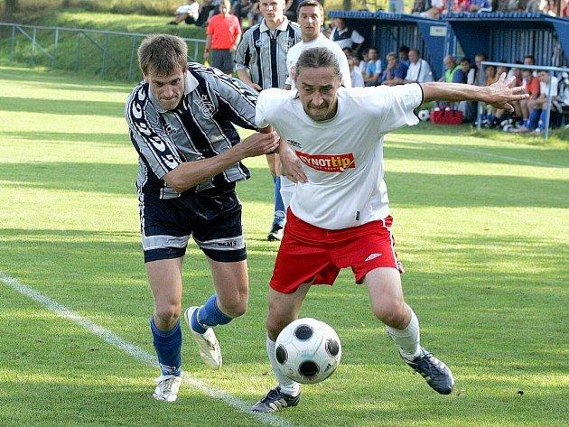 Regionální derby I. A třídy mezi Budišovem (v tmavém) a Náměští (ve světlém) skončilo nerozhodně 1:1.