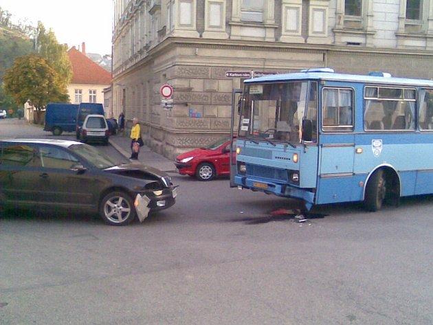 Dopravní nehoda zablokovala silnici v Jejkovské bráně.