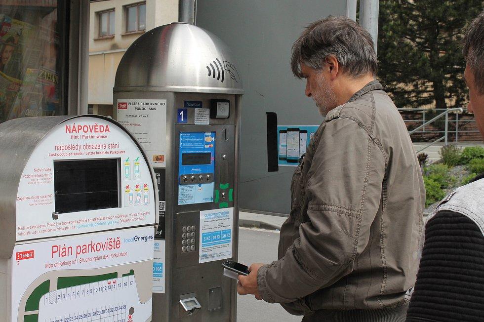 """Parkoviště na Komenského náměstí v Třebíči má """"vylepšení"""". Bez znalosti čísla místa se nedá zaplatit."""
