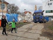 Po týdnu bourání je z nemocničního paneláku v Třebíči, kde bývala chirurgie, jen hromada kusů zdí.
