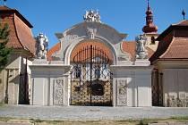 Zámek v Dalešicích má nové majitele od roku 2007. Zatím se však podařilo opravit pouze střechy a brány.