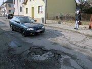 BARTOŠOVA ULICE TŘEBÍČ. Výtluky se najdou i v centru Třebíče. Zmizí trvale až s novou kanalizací. Letos to nebude.