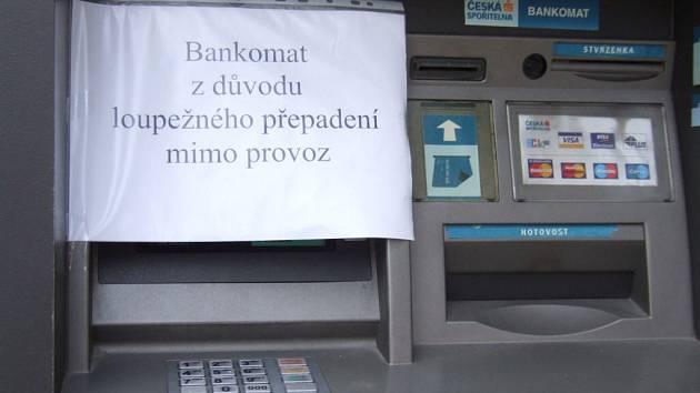 Nápis na bankomatu České spořitelny na náměstí Míru v Moravských Budějovicích je výmluvný.