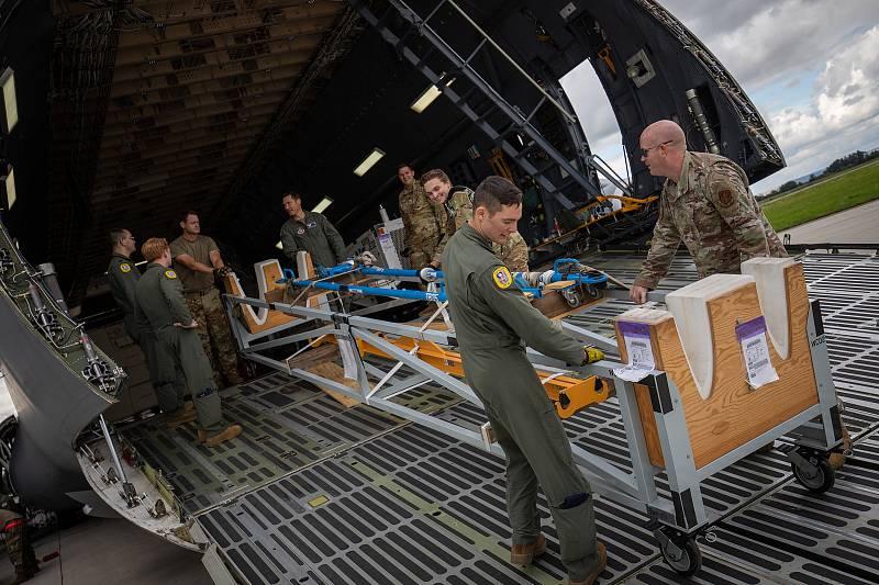 Bezpilotní letoun Reaper pro cvičení Ample Strike přistál na letišti v Ostravě Mošnově, do ČR ho v kontejnerech přepravil obří Lockheed C-5 Galaxy. Teď už je na základně v Náměšti.