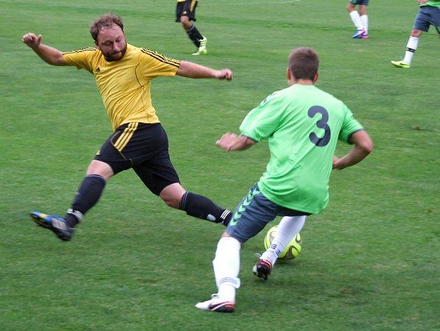 Remízový duel mezi Náměští (v zeleném) a Dukovany (na snímku) provázela nervozita, v závěru padly dvě červené karty a body se nakonec dělily.