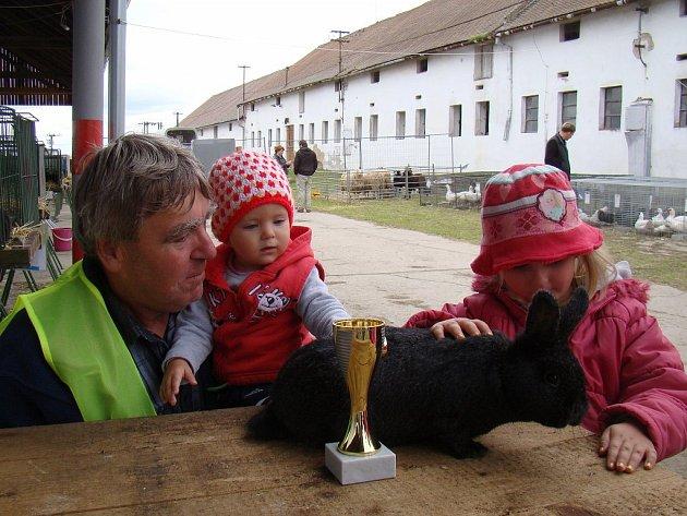 Pohár pro nejlepšího králíka výstavy si odnesl chovatel Zdeněk Filka z Dukovan.