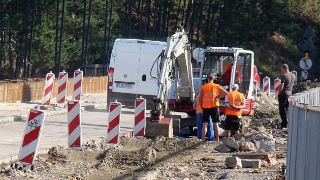 Na vrcholu hráze dalešické přehrady panuje živý stavební ruch. Práce potrvají až do konce října.