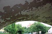 Na mostě přes řeku Oslavu v Náměšti jsou viditelně poškozené zídky a sokly.
