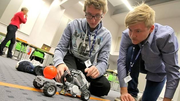 Zadáním bylo vytvořit vozítko, které poveze plastovou kuličku a projede stanovenou dráhu v nejkratším možné čase.