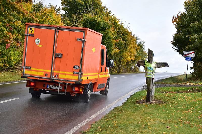 Panák s policejní vestou už asi nikomu obavy nenahání, řidiči spíše reagují na radar, který zde měří rychlost.