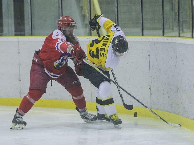 V derby Vysočiny nakonec braly plusový bod za vítězství nad Pelhřimovem po samostatných nájezdech Moravské Budějovice (ve žlutém).