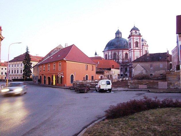 Míčův dům v Jaroměřicích vzal definitivně za své, ruiny už nemělo smysl přivádět zpět k životu. Na jejich místě zatím vznikne odpočinkový kout. Dům v  minulosti patřil příbuzným hudebníka F. V. Míči, který působil na zámku a složil první českou operu.