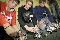 Klání ve skládání ze stavebnice Mindstorms bylo na SPŠT Třebíč poprvé. Podobnou soutěž pořádá ČVUT Praha, v Liberci byl letos na Technické univerzitě Kyber robot 2011.  V Třebíči pro soutěž nakoupili sedm nových stavebnic, které využijí v kroužcích.
