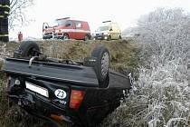 Na střeše a v příkopu skončila jízda řidiče osobního automobilu ve středu před polednem v městské části Třebíče Týně.