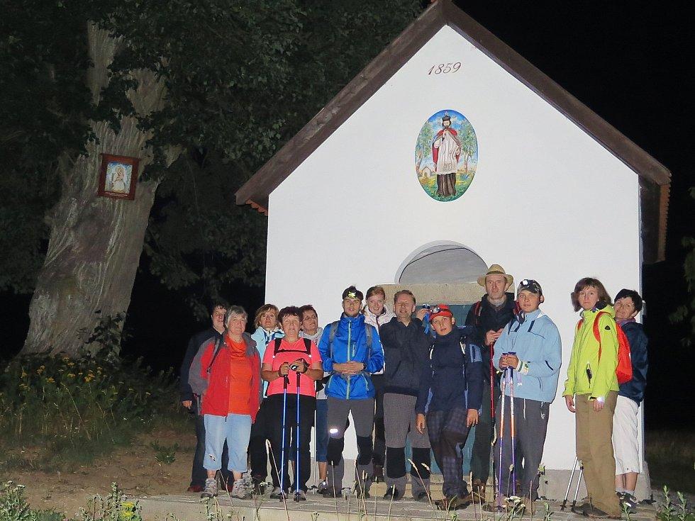 Před kaplí sv. Jana Nepomuckého v Nepomukách, kam poutníci přišli ve čtyři ráno.