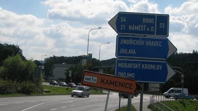 O uzavírce na Vladislav ani o objízdné trase se řidiči ve středu při výjezdu z centra města nedozvěděli.