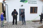 Richard Horký mimo jiné zmínil, že obyvatele Dukovan vytápění domů nyní vyjde o polovinu levněji (vpravo starosta obce Miroslav Křišťál).
