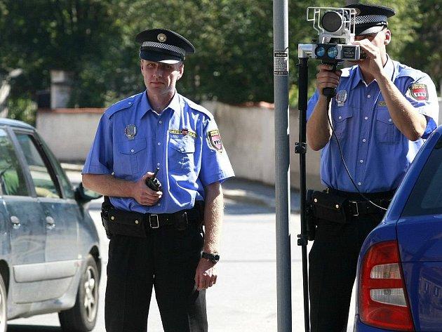 Městská policie začala v úterý po mnoha měsících znovu měřit rychlost. S laserovým přístrojem vyrazili strážníci do ulice 9. května.