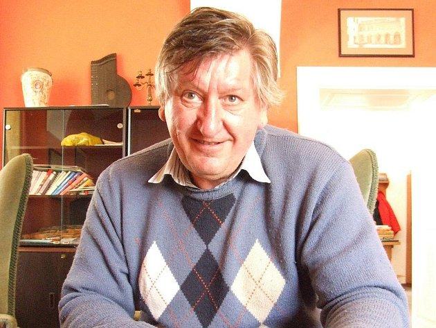 JIŘÍ TŘÍSKA. Je jedním z mnoha autorů, kteří se na knize podílejí.