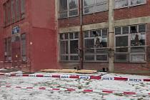Z odpadní jímky, která je asi tři metry dlouhá a bylo v ní asi 90 centimetrů vody, vytáhli chlapce policisté.