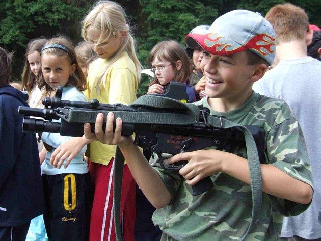 Do zbraně! Vojenské tábory děti baví.