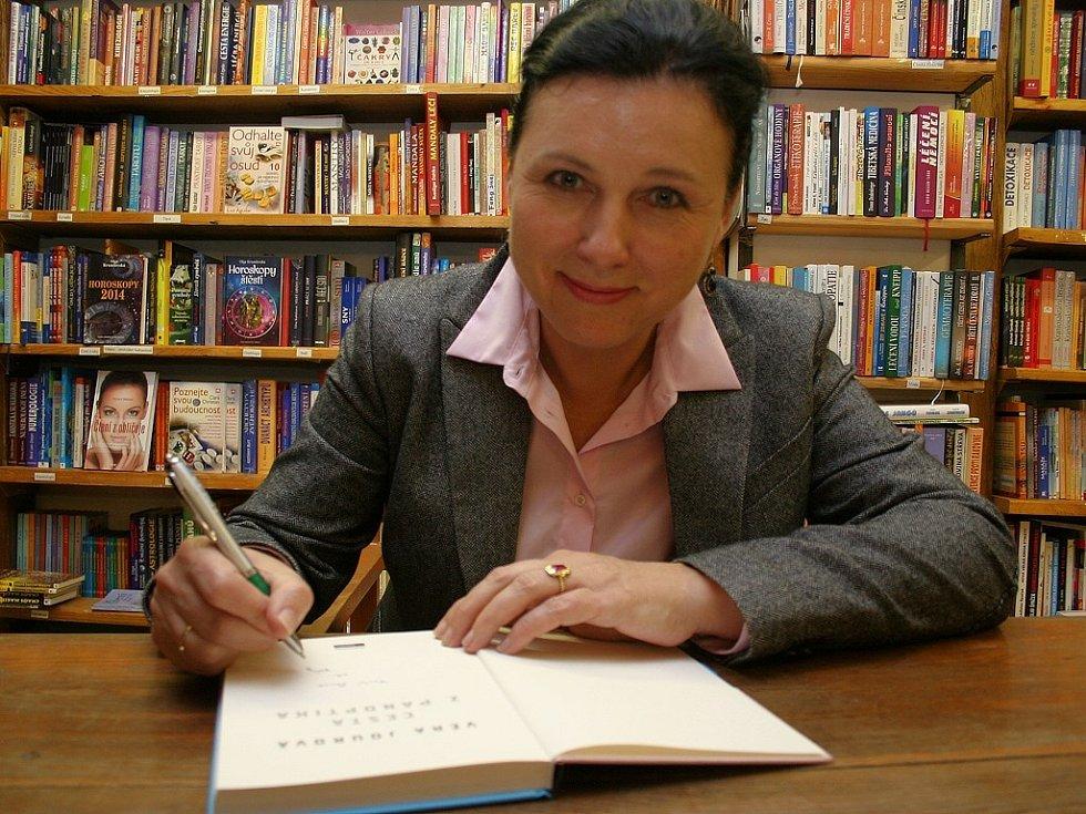 Věra Jourová při autogramiádě své knihy v Třebíči.